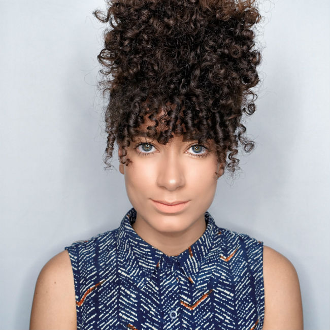 style feen woman with curly bangs